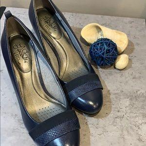 """Life stride navy shoe 2.5 """" heel"""